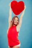 Женщина с подушкой формы сердца полностью иллюстрация архива элементов дня цвета cmyk editable наслоила Валентайн печати готовое  Стоковое Изображение RF