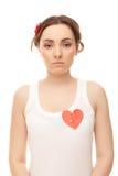 Женщина с прикалыванным красным бумажным сердцем Стоковые Фотографии RF