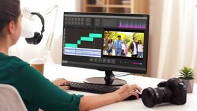 Женщина с программой видеоредактора на ноутбуке дома сток-видео