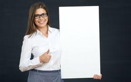 Женщина с пустой выставкой доски знака thumb вверх Стоковое Изображение RF