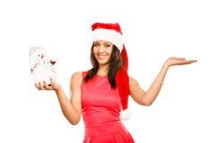Женщина с пустой рукой в шляпе santa держит снеговик Стоковое Изображение RF