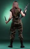Женщина с пушкой - девушка армии с пластмассой винтовки Стоковые Изображения RF