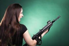 Женщина с пушкой - красивейшая женщина армии с пластмассой винтовки Стоковые Фотографии RF