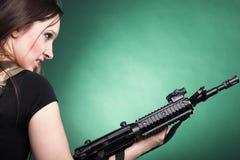 Женщина с пушкой - красивейшая женщина армии с пластмассой винтовки Стоковые Изображения