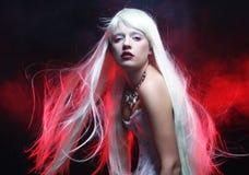 Женщина с пышными белыми волосами Стоковое Изображение RF