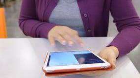Женщина с планшетом в кафе сток-видео