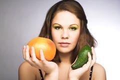 Женщина с плодоовощами стоковая фотография rf