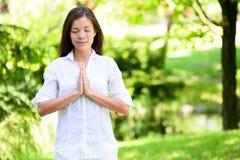 Женщина с размышлять сжиманный руками в парке Стоковые Фотографии RF