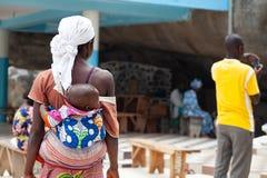 Женщина с ребенком, Бенином, Африкой стоковое фото rf