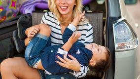 Женщина с ребенком в автомобиле Стоковые Фото