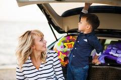 Женщина с ребенком в автомобиле Стоковые Изображения RF