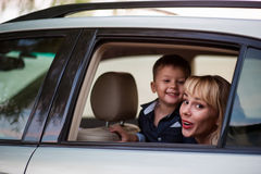 Женщина с ребенком в автомобиле Стоковая Фотография RF