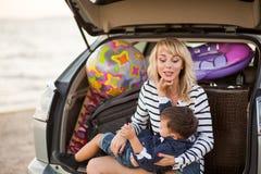 Женщина с ребенком в автомобиле Стоковое Изображение