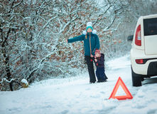 Женщина с ребенком на дороге зимы Стоковая Фотография