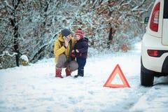 Женщина с ребенком на дороге зимы Стоковая Фотография RF