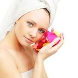 Женщина с розовыми лепестками Стоковое Изображение RF