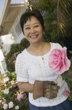 Женщина с розой пинка outdoors (портрет) Стоковое фото RF
