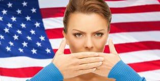 Женщина с руками над ртом стоковое фото