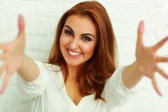 Женщина с руками раскрывает пробовать достигнуть камеру Стоковые Изображения RF