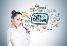 Женщина с ручкой, веб-дизайн стоковые фотографии rf