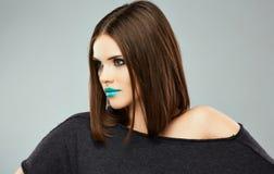 женщина с ручкой портрет красотки модельный красивейшие губы Стоковое Изображение