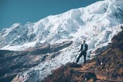 Женщина с рюкзаком на горном пике Стоковые Фотографии RF