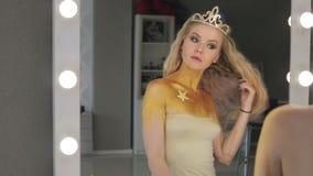 Женщина с светлыми волосами и голубыми глазами в комнате с зеркалами видеоматериал