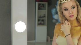 Женщина с светлыми волосами и голубыми глазами в комнате с зеркалами акции видеоматериалы