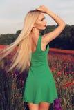 Женщина с светлыми волосами в элегантном платье представляя на поле лаванды цветения лета Стоковая Фотография RF