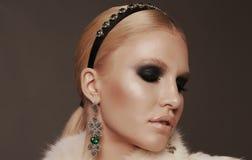 Женщина с светлыми волосами и smokey наблюдает состав, носит роскошную меховую шыбу Стоковые Фотографии RF