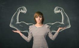 Женщина с сделанными эскиз к сильными и muscled оружиями Стоковые Фотографии RF