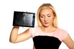 Женщина с сломленной таблеткой стоковое изображение rf