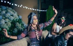 Женщина с смешными танцами усика и галстука внутри Стоковое фото RF