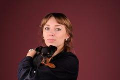 Женщина с собакой на руках Стоковые Изображения RF