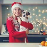 Женщина с собакой на шляпе рождества Стоковые Фотографии RF
