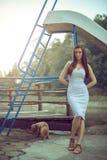 Женщина с собакой пуделя на озере горы Стоковое Фото