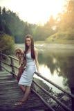 Женщина с собакой пуделя на озере горы Стоковые Фото