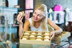 Женщина с собранием браслета в бутике bijouterie Стоковые Изображения