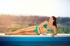 Женщина с совершенной формой тела наслаждаясь в солнце Стоковое Фото