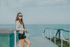 Женщина с солнечными очками стоковая фотография rf
