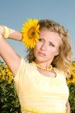 Женщина с солнцецветом в волосах Стоковое Изображение