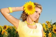 Женщина с солнцецветом в волосах Стоковые Изображения