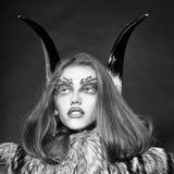 Женщина с составом в стиле демона Девушка с antlers и меховой шыбой Стоковое Изображение RF