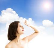 Женщина с солнечным светом забота кожи и концепция блока солнца УЛЬТРАФИОЛЕТОВАЯ стоковые фото