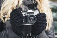 Женщина с старой камерой в руках Стоковые Изображения RF