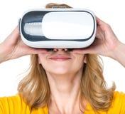 Женщина с стеклами VR Стоковые Фото