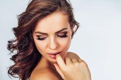 Женщина с стилем причёсок на светлом backgroun стоковая фотография
