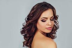 Женщина с стилем причёсок на светлом backgroun стоковое изображение rf