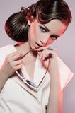 Женщина с стилем причёсок и солнечными очками красоты Стоковые Фото