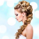Женщина с стилем причёсок свадьбы Стоковые Изображения RF